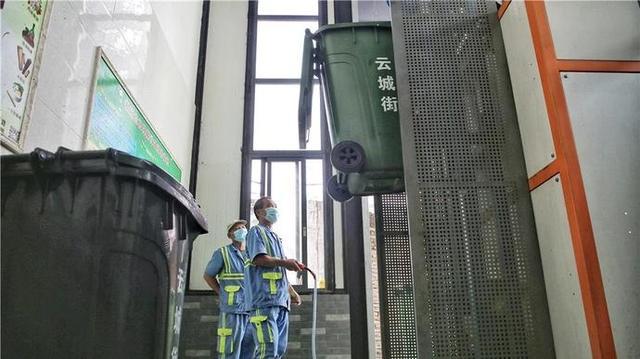 工人在操作餐厨垃圾处理设备