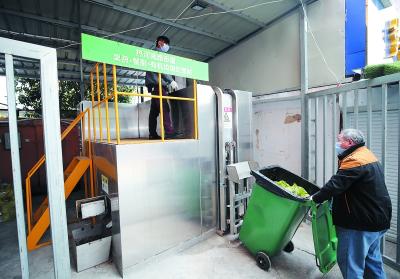 工作人员在鼓楼区郑和南路农贸市场垃圾处理站处理餐厨垃圾。